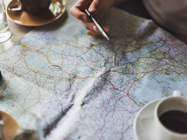 Person som studerar en karta